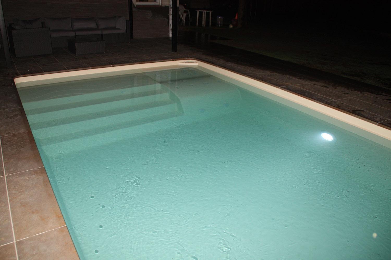 Eclairage Led Autour Piscine doit-on obligatoirement éclairer une piscine? vaut-il mieux